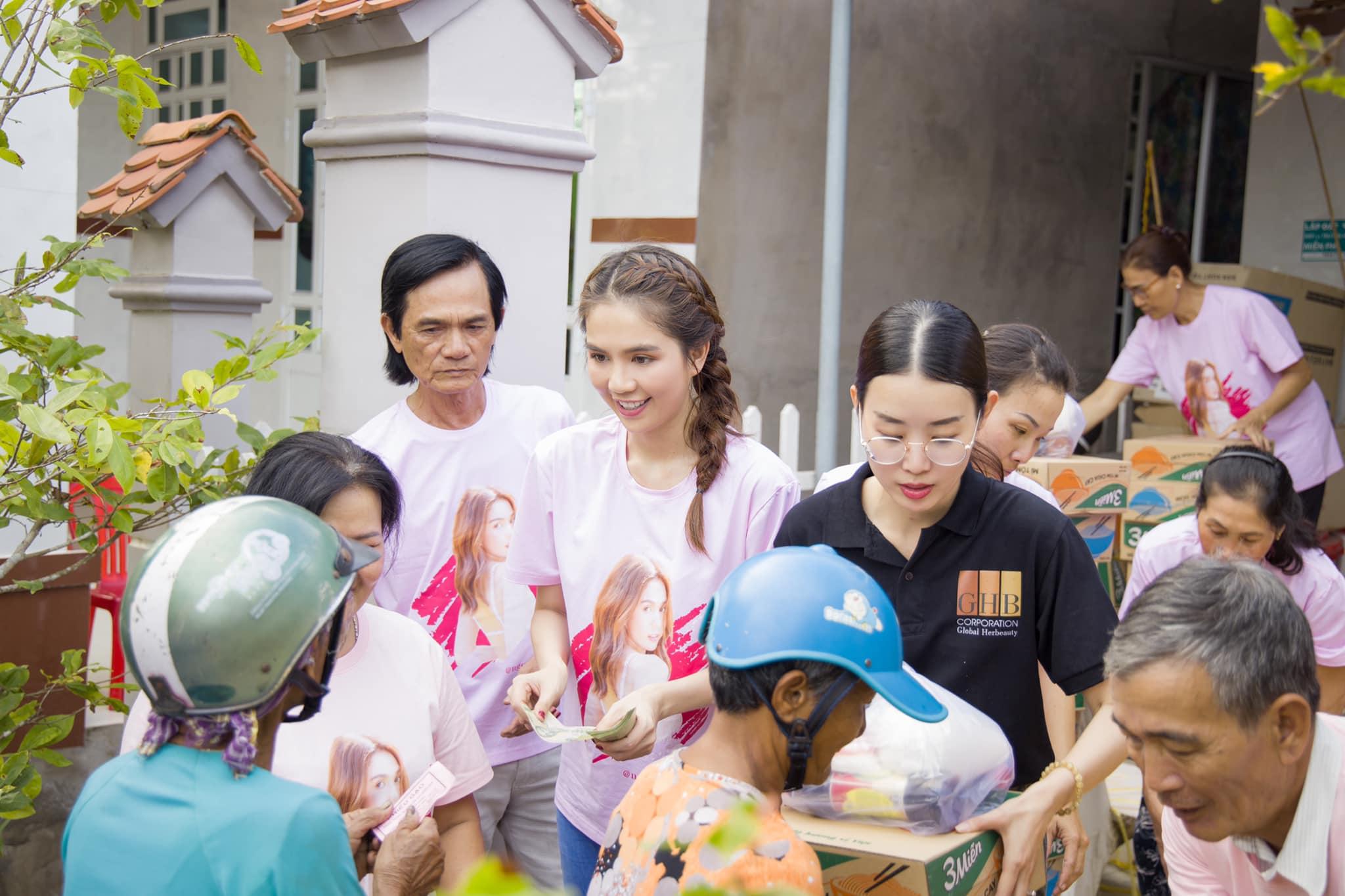 Minh Phương (áo đen) cùng Ngọc Trinh về quê tổ chức các hoạt động thiện nguyện.