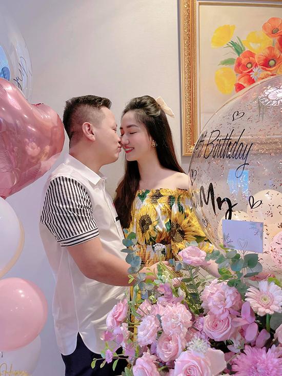 Sau hơn 5 năm hôn nhân, á hậu Trà My và ông xã hơn 13 tuổi vẫn giữ được sự nồng nàn như thuở ban đầu. Sinh nhật vợ, anh trang trí nhà bằng rất nhiều hoa tươi, bóng bay màu hồng cô yêu thích.