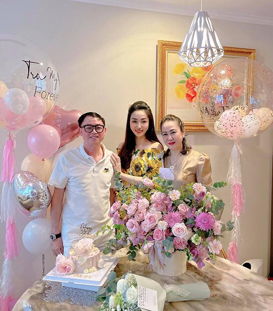 Tiệc sinh nhật còn có bố mẹ đẻ của hai á hậu Trà My và Thanh Tú. Ông bà rất mừng vì hai con gái đều có cuộc sống hạnh phúc, yêm ấm sau khi kết hôn.