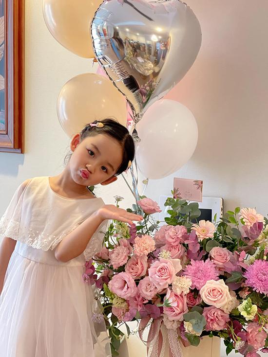 Bé Khánh Vi, con gái đầu lòng của vợ chồng Trà My, năm nay 5 tuổi và thừa hưởng nhiều nét đẹp của mẹ.
