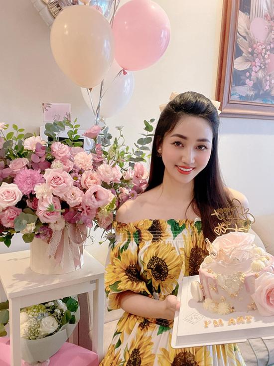 Bánh kem mừng sinh nhật Trà My cũng được trang trí với tông hồng phấn dát vàng cầu kỳ.