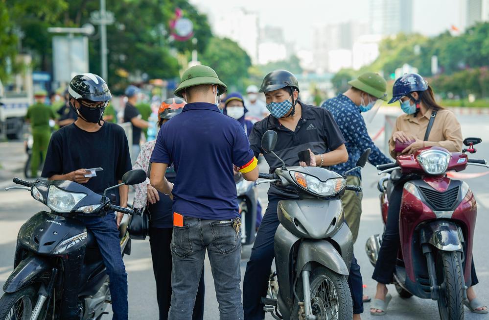 Từ 6h ngày 21/9, Hà Nội dừng kiểm soát giấy đi đường. Ảnh: Phạm Chiểu.