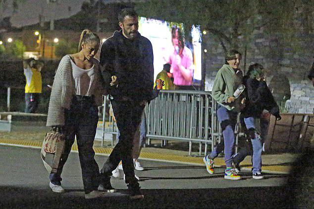 Dù công việc riêng bận rộn, cặp sao Hollywood vẫn luôn tranh thủ thời gian hẹn hò. Sắp tới, J.Lo và Ben sẽ phải xa nhau nhiều hơn khi cả hai đều có những dự án phim mới. Ben sắp tới Texas quay phim hành động tội phạm Hypnotic vào tuần này trong khi đó J.Lo bắt đầu đóng phim hành động The Mother ở Canada vào tháng 10.