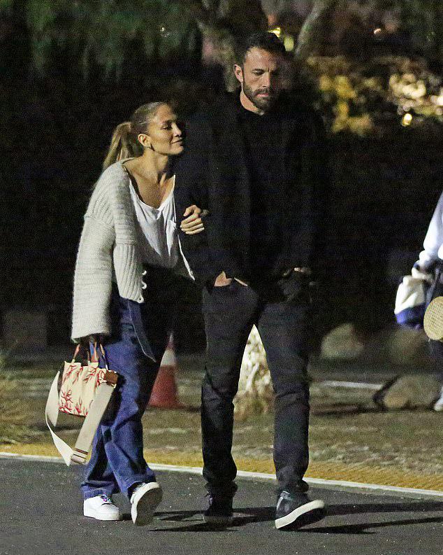Jennifer Lopez tình cảm ngả đầu vào vai Ben Affleck khi họ rời rạp chiếu phim đêm thứ bảy, 18/9.