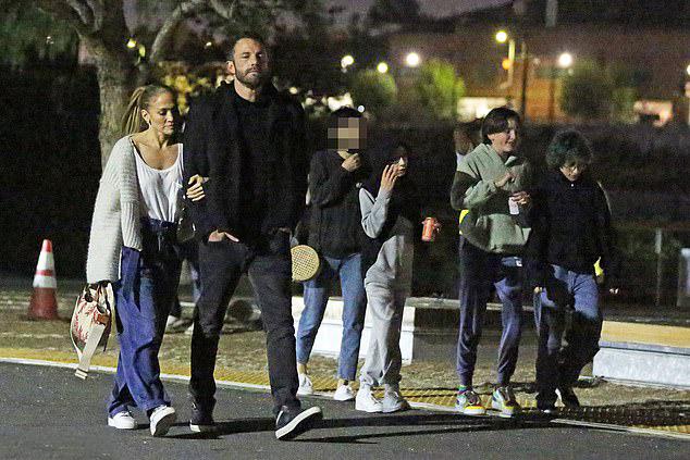 Cặp song sinh của Jennifer Lopez là Max, Emma 13 tuổi và hai con gái của Ben Affleck là Violet 15 tuổi, Seraphina 12 tuổi đi xem phim cùng bố mẹ.