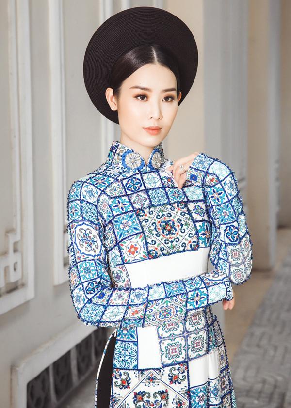 Á hậu thường nhận được nhiều lời mời làm mẫu áo dài.