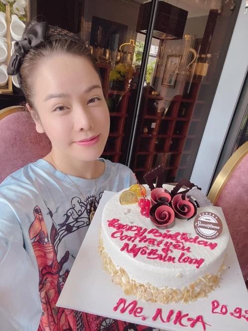 Hôm 20/9, con trai Bửu Long của Nhật Kim Anh tròn 6 tuổi. Vì giãn cách xã hội, nữ diễn viên không thể về Cần Thơ ăn mừng tuổi mới cùng con. Cô mua bánh kem, thổi nến và hát chúc mừng sinh nhật online với con trai.