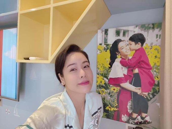 Nhật Kim Anh treo những tấm ảnh khổ lớn của hai mẹ con trong phòng. Cô vốn đã xin học cho con ở TP HCM. Nhưng do dịch bệnh, con trai cô tạm thời học ở Cần Thơ và được chăm sóc bởi ông bà nội và ba.