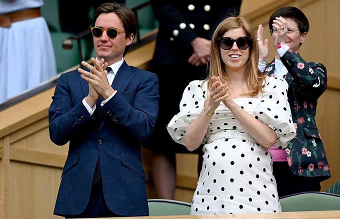 Công chúa Beatrice và chồng đi xem Wimbledon hồi tháng 7, khi cô mang bầu 7 tháng. Ảnh: PA
