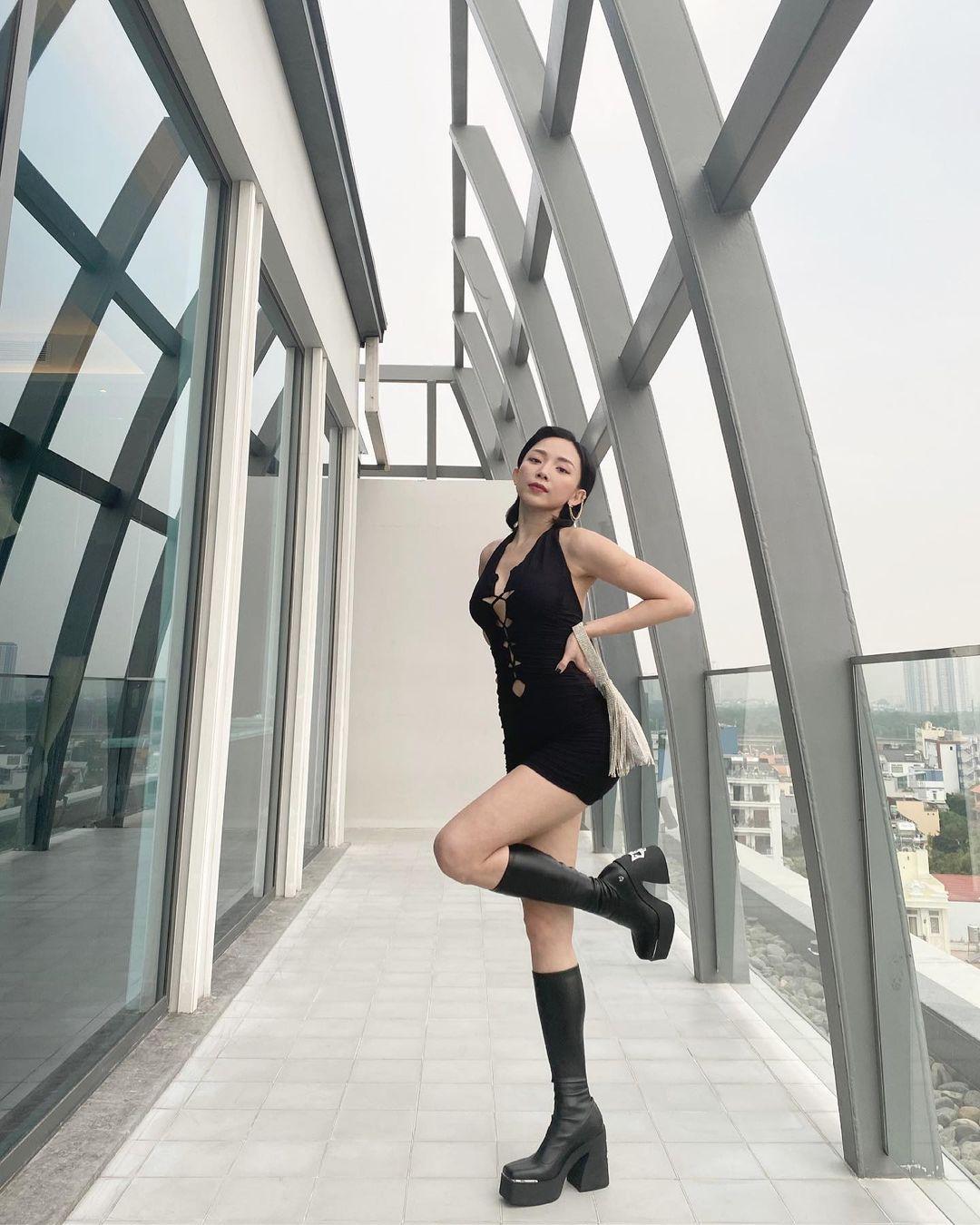 Do tính chất công việc, Tóc Tiên cũng như hầu hết các sao nữ thường vũ đạo, trình diễn với giày cao gót trong nhiều giờ.