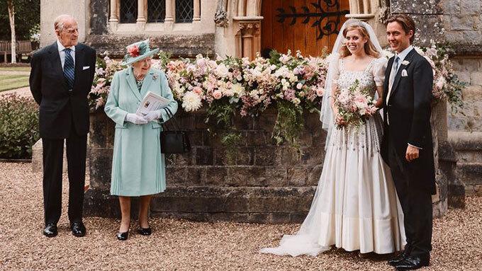 Vợ chồng Nữ hoàng dự đám cưới Công chúa Beatrice hôm 17/7/2020. Ảnh: AP