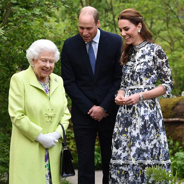 Nữ hoàng vui vẻ trò chuyện với vợ chồng William - Kate trong suốt chuyến tham quan khu vườn năm 2019. Ảnh: James Whatling