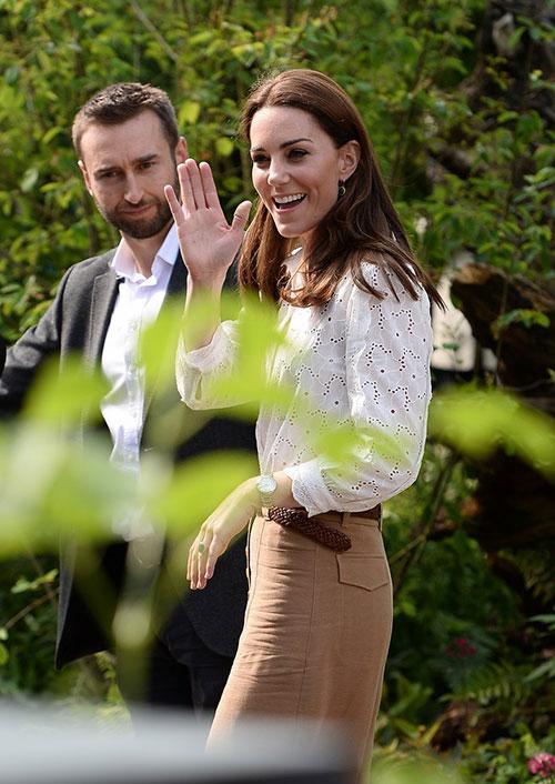 Kate mặc quần ống rộng, áo trắng làm vườn trước khi tiếp đón Nữ hoàng ở triển lãm hoa Chelsea năm 2019. Ảnh: Just Jared