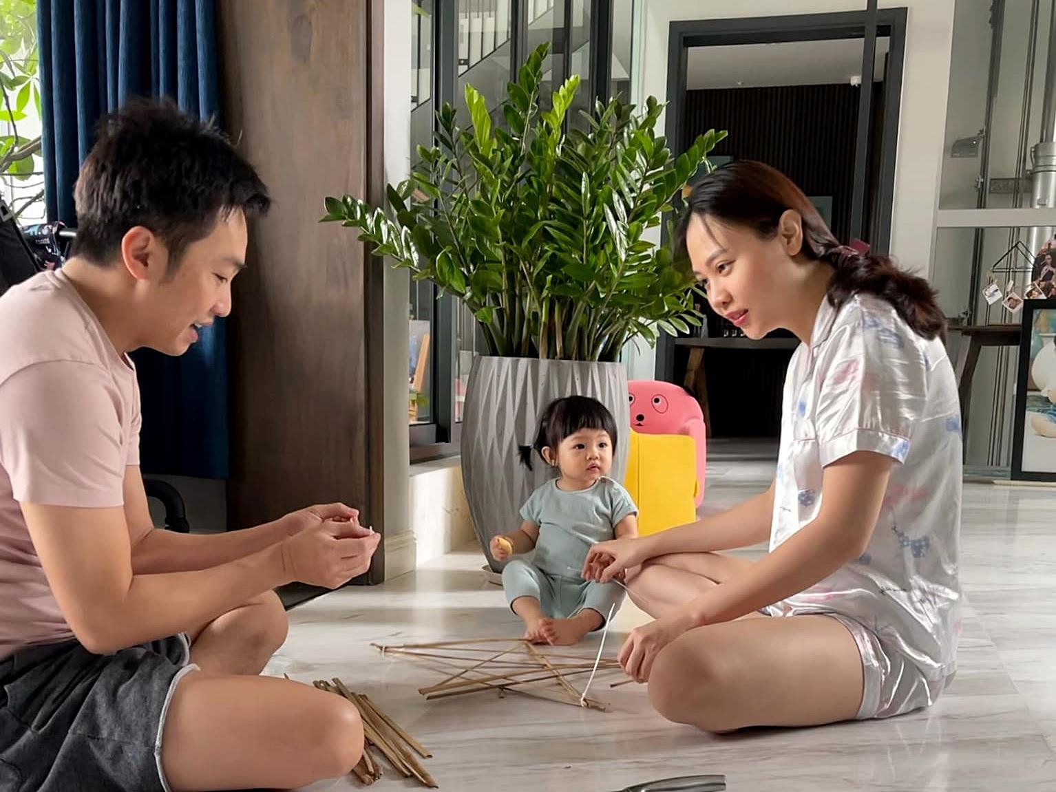 Nam doanh nhân tạm gác công việc, cùng bà xã Đàm Thu Trang mày mò làm đồ chơi cho Suchin. Dù là một gia đình giàu có, Cường Đôla muốn con gái lớn lên đúng tuổi thơ với những món đồ chơi truyền thống, giản dị.
