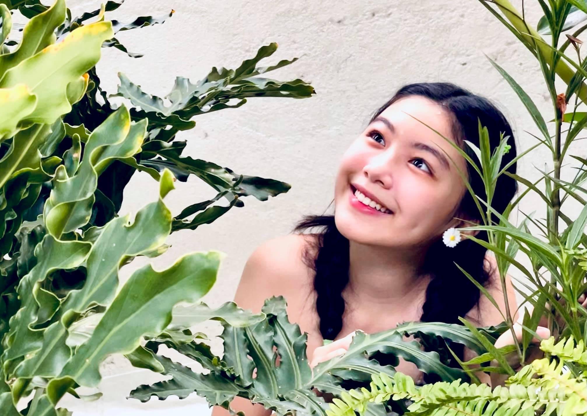 Lọ Lem trang điểm nhẹ nhàng, thắt tóc bím và khoe nụ cười rạng rỡ ở tuổi 15. Cộng với chiều cáo 1,7m dù mới tuổi 15, cô bé được dự đoán sớm trở thành một mỹ nhân trong tương lai gần.