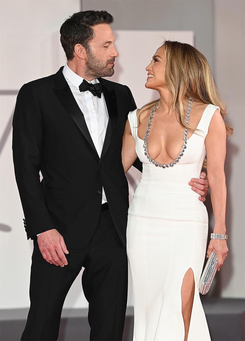 Ben Affleck và Jennifer Lopez trên thảm đỏ Venice 2021. Ảnh: Wire