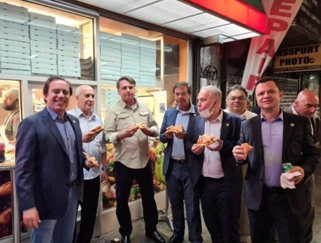 Tổng thống Brazil Jair Bolsonaro (thứ 3 từ trái sang) ăn pizza với các quan chức cấp cao ở bên ngoài một nhà hàng tại New York hôm 19/9. Ảnh:Instagram.