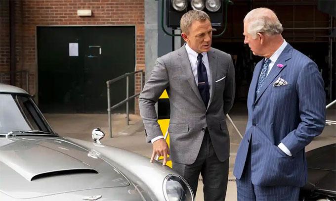 Thái tử Charles đã tham quan phim trường No Time To Die và gặp gỡ Daniel Craig năm 2019. Ảnh: Rex