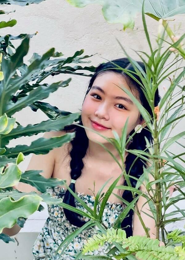 Lọ Lem yêu thích chiếc váy hoa đang mặc và nhờ mẹ chụp ảnh. Do đó, Dạ Thảo - bà xã Quyền Linh - gợi ý con chụp vườn cây trên sân thượng.