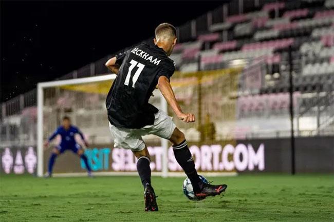 Romeo cũng chơi ở vị trí tiền vệ cánh phải giống bố ngày trước. Ảnh: Instagram