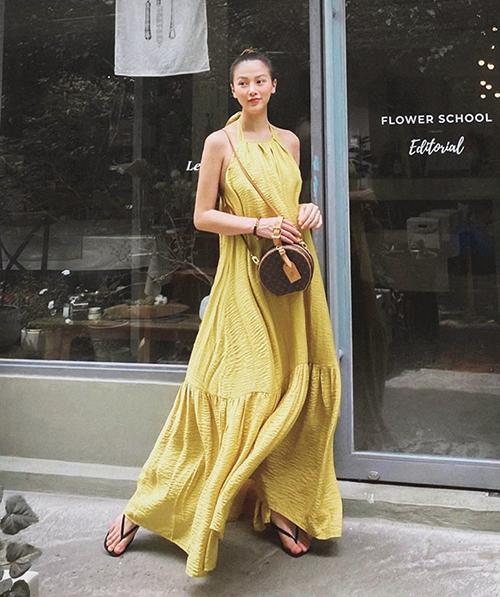 Chi tiết cổ yếm nhẹ nhàng, khoe lưng trần sexy còn được nhiều thương hiệu kết hợp với các dáng váy suông, đầm maxi mang tính ứng dụng cao. Hoa hậu Phương Khánh tôn vai gầy với váy hot trend mùa hè 2019/2020.
