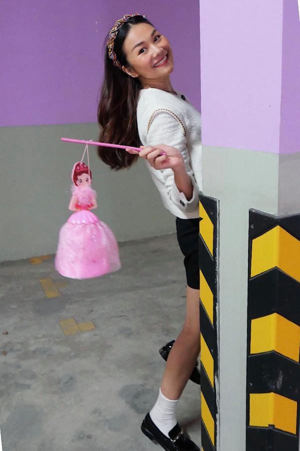 Thanh Hằng kể, chú bảo vệ nhận đồ giùm cô tỏ vẻ thắc mắc khi thấy lồng đèn công chúa vì nhà cô không có trẻ con.