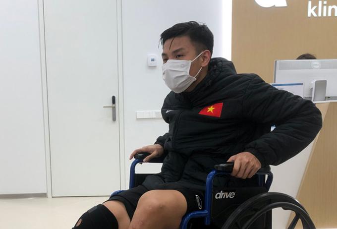 Đức Tùng ngồi xe lăn khi đi chụp chiếu ở bệnh viện Vilnius . Ảnh: VFF