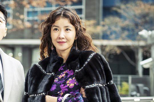 Trong Liver or Die, Lee Si-young vào vai Hwa-sang, một phụ nữ có tính cách vui vẻ, vui vẻ. Thái độ này cũng khiến cô ấy phải chi một khoản tiền kha khá cho quần áo, giúp bộ phim có chút nhẹ nhàng tương phản với chủ đề đen tối hơn của nó.  Tuy nhiên, cách ăn mặc của Hwa-sang cũng nói lên rất nhiều điều về tính cách của cô ấy. Quan sát những bộ trang phục nhiều màu sắc hơn. Trong những khoảnh khắc này, chúng ta có thể thấy Hwa-sang tỏa sáng nhất khi cô ấy sử dụng quần áo để tận dụng tối đa niềm vui ngày hôm nay. Tuy nhiên, trong những khoảnh khắc u ám hơn, chúng ta thấy nhiều màu sắc bị tắt hơn phù hợp với biểu hiện của cô ấy.