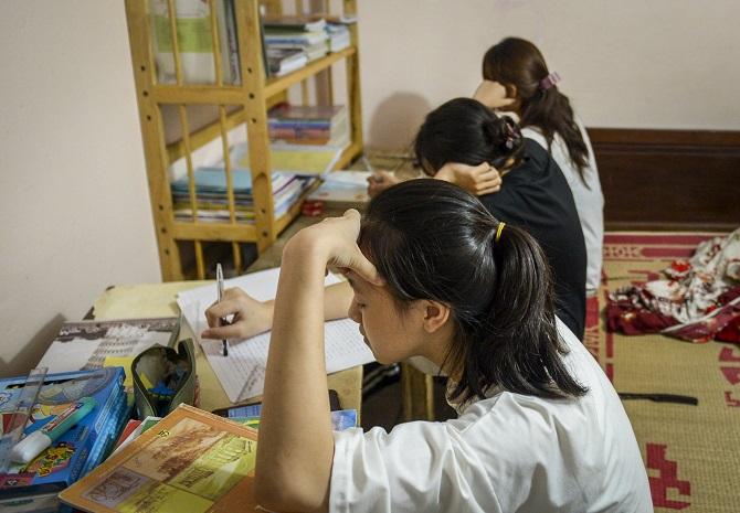Ba con gái lớn của chị Hồng ngồi học online.