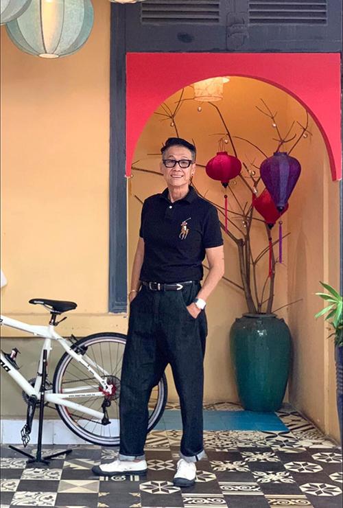 Vốn là một người hoạt động trong lĩnh vực maketking chuyên nghiệp, ông Lưu Quốc Tân nhanh chóng nắm bắt những trend mới. Điển hình là trào lưu xây dựng phong cách, chia sẻ bí quyết mix đồ trên các nền tảng xã hội.