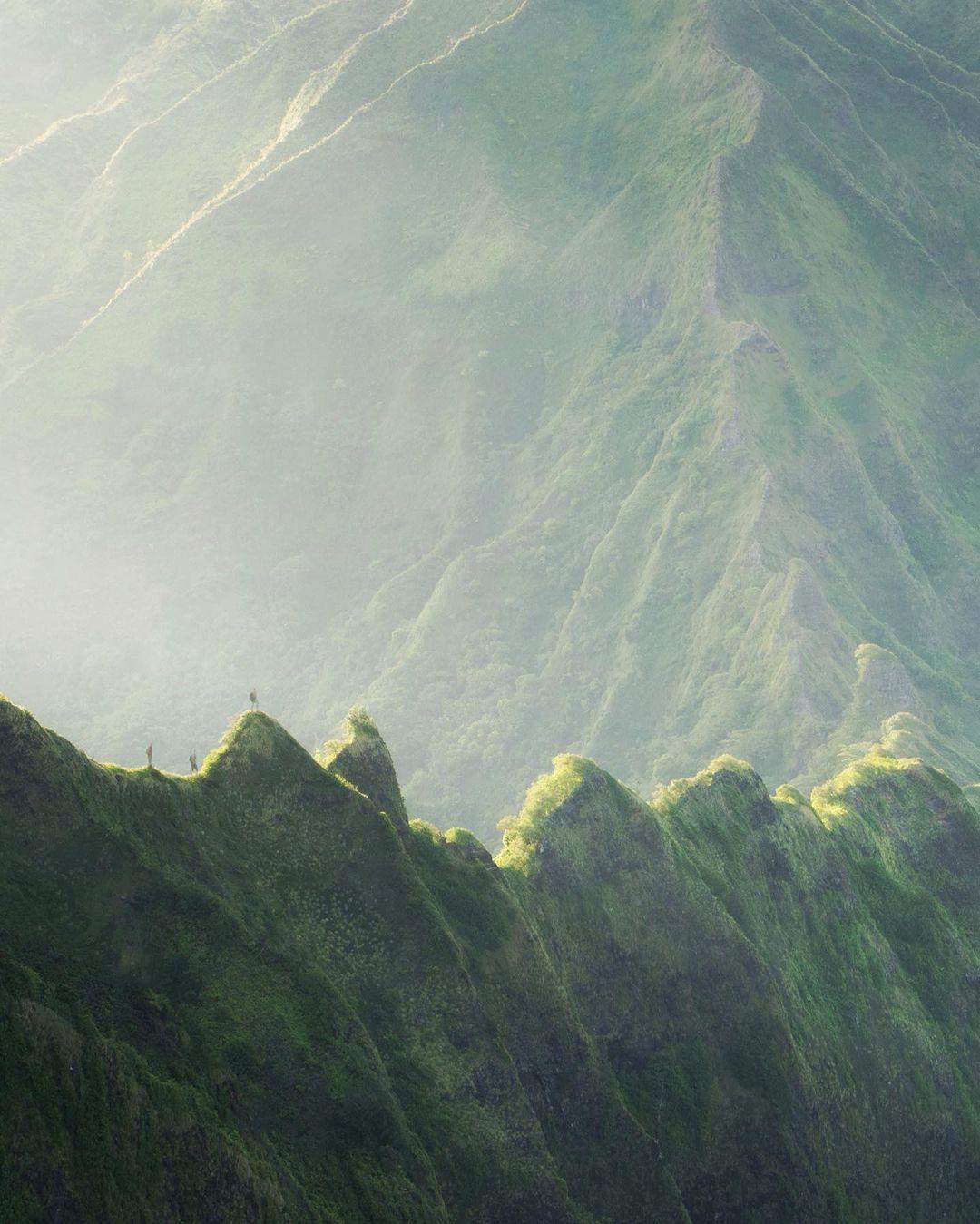Núi Kaala cao nhất Hawaii, khoảng 1.220 m so với mực nước biển. Nó là một phần của dãy Waianae - tàn tích của một trong hai ngọn núi lửa từ thời cổ xưa. Đây cũng là một trong 18 cung hikking đẹp nhất nước Mỹ, theo tạp chí du lịch Travelandleisure.