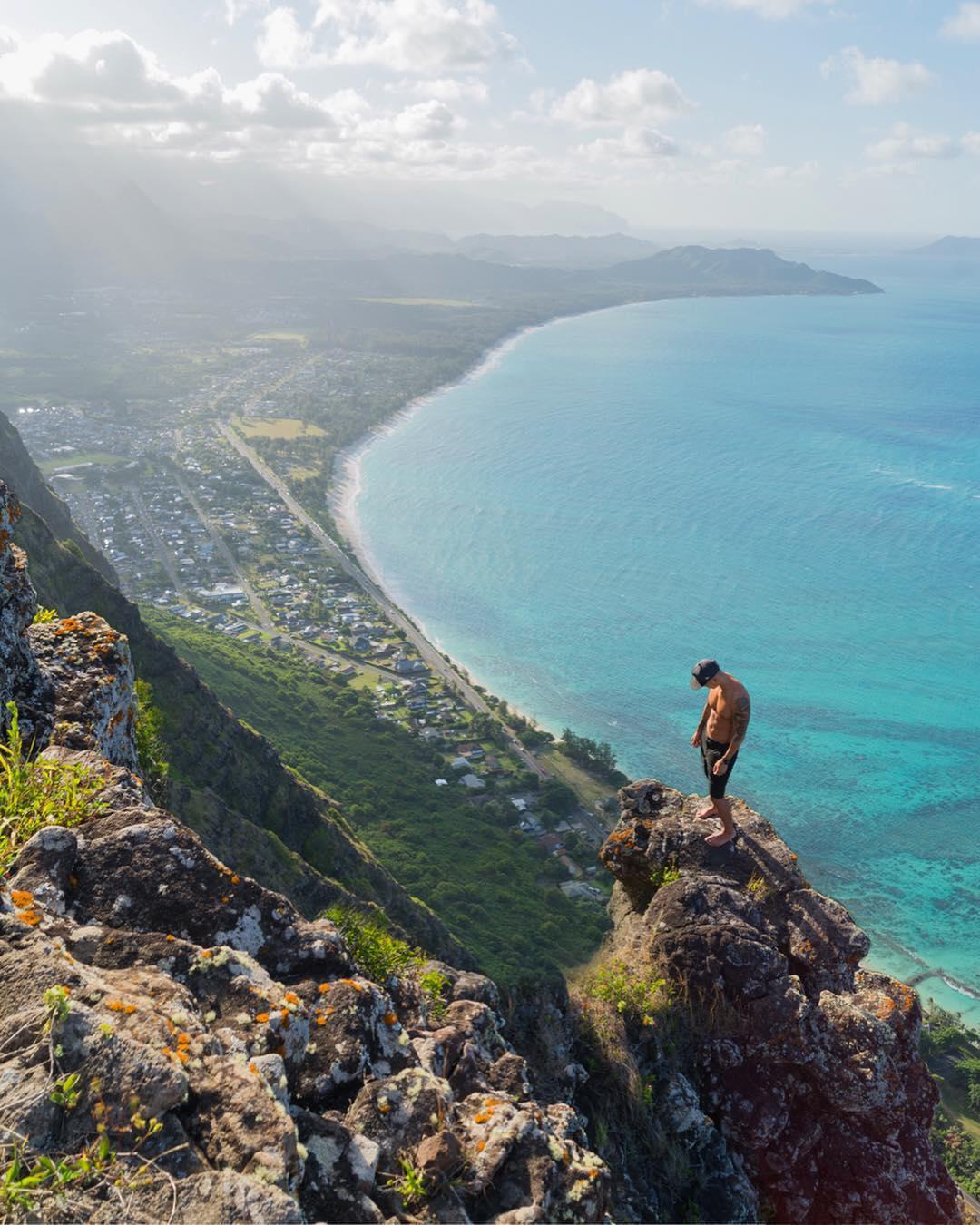 Oahu là đảo lớn thứ 3 thuộc quần đảo Hawaii, đồng thời là thành phố đông dân nhất tiểu bang Hawaii, Mỹ. Nó nổi tiếng với thủ phủ Honolulu - chốn ăn chơi hút dân du lịch khắp thế giới - hay bãi biển Wakiki, vịnh Hanauma hình móng ngựa và thiên nhiên trù phú. Ngoài lặn biển ra, leo núi cũng rất được yêu thích ở Oahu, nhất là chinh phục đỉnh Koolau ngắm nhìn khung cảnh tựa xứ thần tiên.