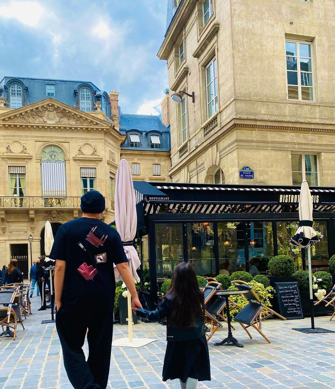 Châu Kiệt Luân dắt tay con gái vào quán cà phê ở Paris. Dành phần lớn thời gian chuyến đi ở kinh đô hoa lệ, nam nhạc sĩ Đài Loan còn ghé qua thái Eiffel hay sông Seine - biểu tượng nước Pháp.