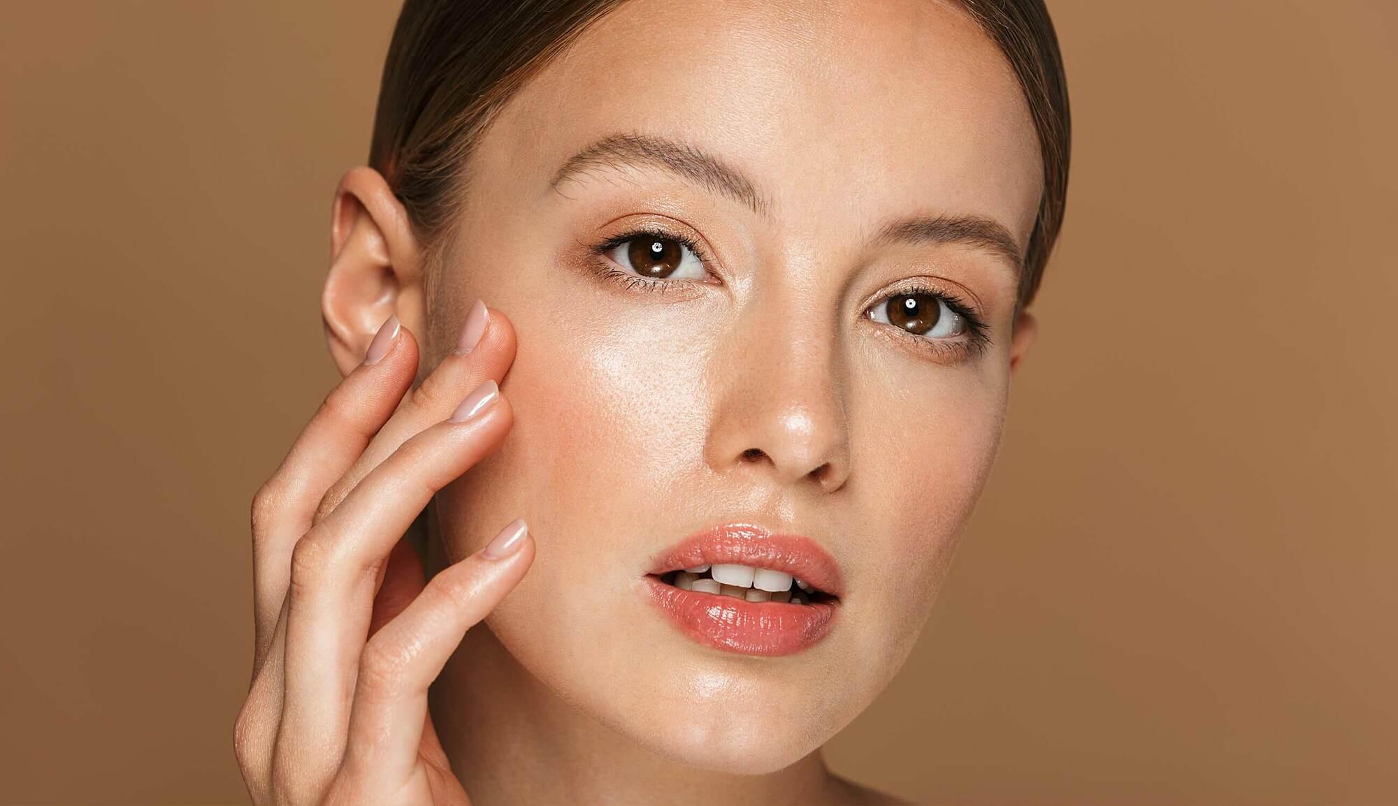 Da đổ dầu mất kiểm soát là dấu hiệu cho thấy da cần được tẩy tế bào chết nhiều hơn.