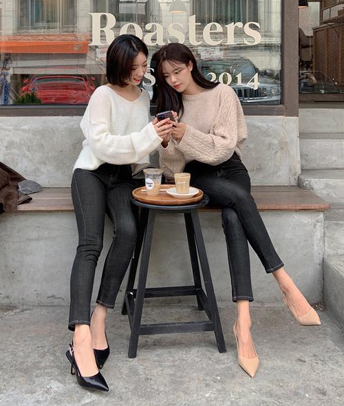 Dù giày mũi nhọn màu đen cũng rất dễ phối đồ, khi so khả năng kéo dài cho chân thon thả hơn, giày màu nude vẫn có lợi thế hơn hẳn.