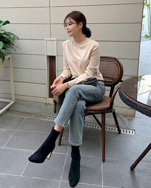 Quần jeans ống đứng cùng ankle boots là sự kết hợp hoàn hảo cho mùa đông. Nếu thích cao ráo hơn, hãy chọn giày dáng mũi nhọn. Thích tạo vẻ thời thượng, sang chảnh, boots mũi vuông là lựa chọn đáng cân nhắc.