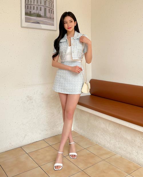 Nếu như sandals màu đen dễ phối đồ, một đôi cao gót quai ngang màu trắng sẽ tạo cho bạn vẻ ngoài trẻ trung, nữ tính và làm sáng chân rất tốt.