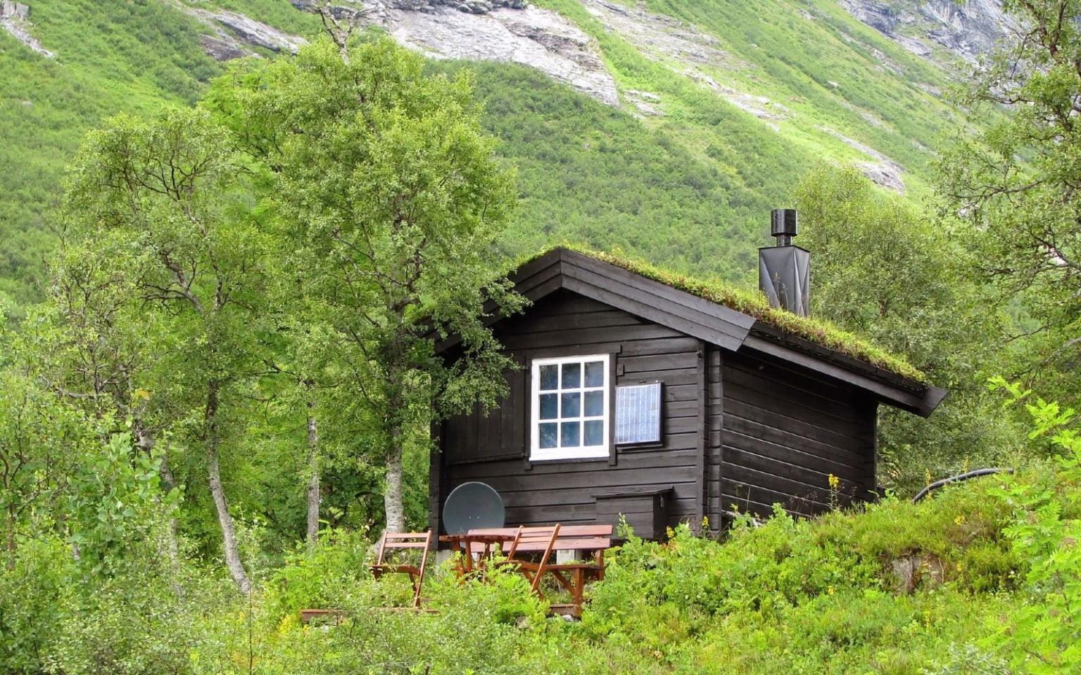 Một kiểu nhà cabin Na Uy bên bờ hồ. Trong khi láng giềng Đan Mạch đa số yêu thích những kỳ nghỉ cabin vào mùa hè, thì đối với người Na Uy, nghỉ ngơi tại các cabin, túp lều, nhà gỗ... là món ăn tinh thần không thể thiếu quanh năm suốt tháng. Cuối tuần hay dịp lễ, mọi người sẽ đổ xô vào rừng, lên núi, xuống biển... rồi dành toàn bộ thời gian rảnh trong ngôi nhà gần hồ hoặc có tầm hình đẹp, ngày ngày nấu ăn, câu cá, thảnh thơi đi dạo. Ảnh: lifeinnorway