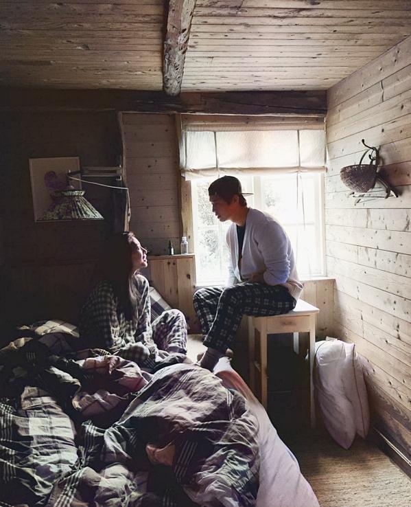Ngô Thanh Vân và Huy Trần đang nghỉ dưỡng tại thị trấn Tvedestrand thuộc hạt Agder (Na Uy), cách Oslo khoảng 235 km. Lần này, đôi tình nhân chọn một căn nhà gỗ bên hồ tận hưởng phút giây riêng tư theo kiểu du lịch hyttetur của dân Na Uy. Hyttetur hay Norwegian cabin trip (chuyến du lịch trong cabin của người Na Uy) là văn hóa du lịch đặc trưng ở đất nước này. Nó không đơn thuần là kỳ nghỉ cuối tuần, mà còn là lúc để bạn sống chậm lại, chiêm ngưỡng phong cảnh đồng thời tạo cơ hội gắn kết với người thân yêu. Ảnh: Instagram Huy.trn