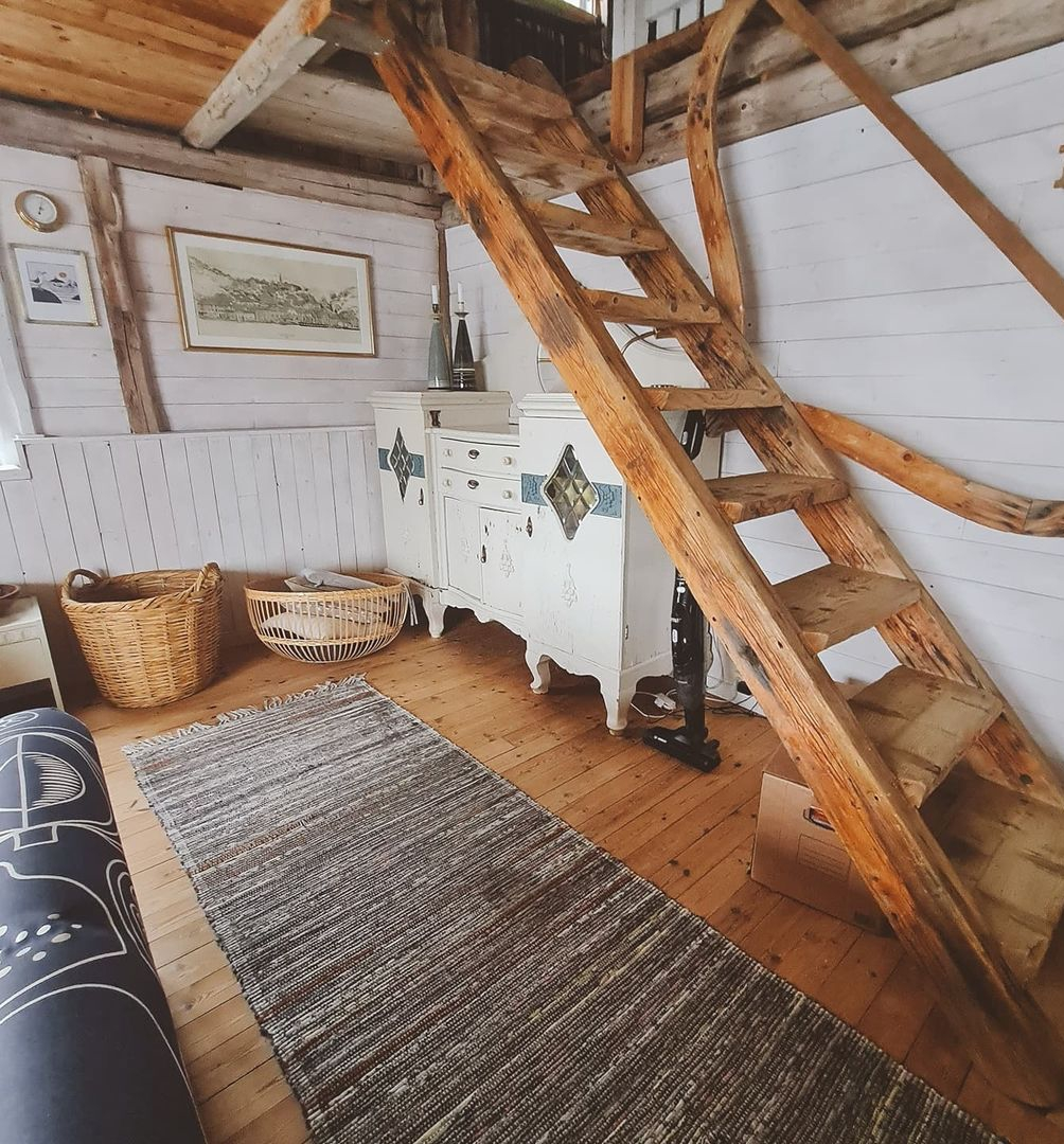Các gia đình xây dựng những cabin nghỉ dưỡng đầu tiên từ sau Thế chiến thứ I, và rất tự hào về nó. Trải qua trăm năm, cách thiết kế và cái hồn của những căn cabin vẫn không đổi. Phần lớn là các căn cabin kiểu cũ, xen lẫn một vài cabin có thiết kế nội thất hiện đại. Tuy nhiên, mọi thứ vẫn mang lại cảm giác ấm cúng, tinh tế, nhẹ nhàng cho du khách. Ảnh: Instagram Ngothanhvan_official