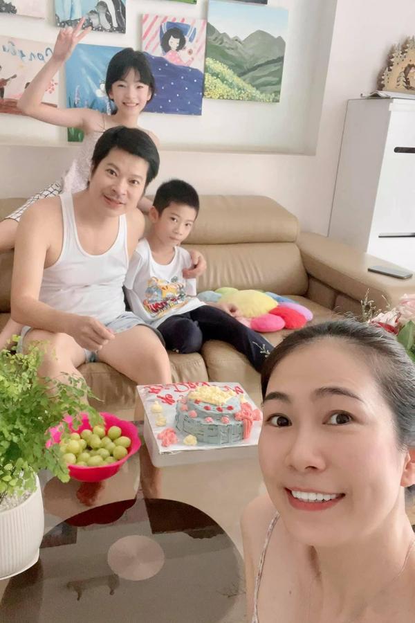 MC Thanh Thảo làm bánh kem mừng sinh nhật ông xã - doanh nhân Thái Kim Sơn. Anh chị hiện có hai con và cuộc sống hôn nhân viên mãn.
