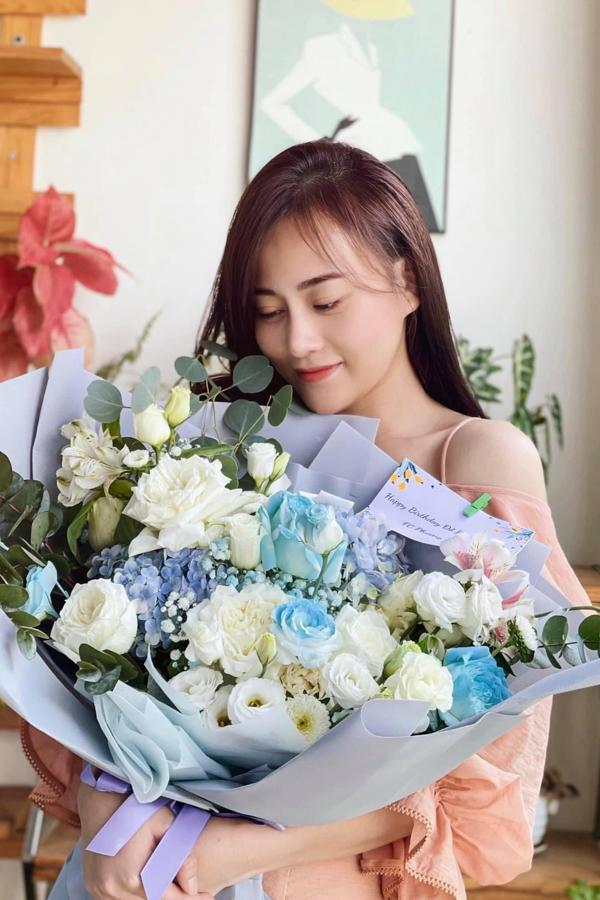 Diễn viên Phương Oanh rạng rỡ đón tuổi mới. Hiện cô đang đảm nhận vai nữ chính trong phim Hương vị tình thân. Cách đây ít hôm, cô được êkíp bất ngờ tổ chức sinh nhật tại phim trường.