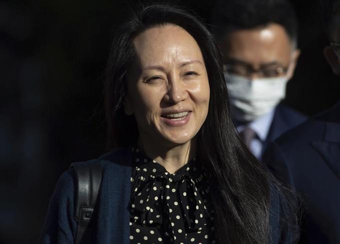 Bà Meng Wanzhou, giám đốc tài chính của Huawei, tươi cười rời Tòa án tại Vancouver, Canada hôm 24/9. Ảnh: AP