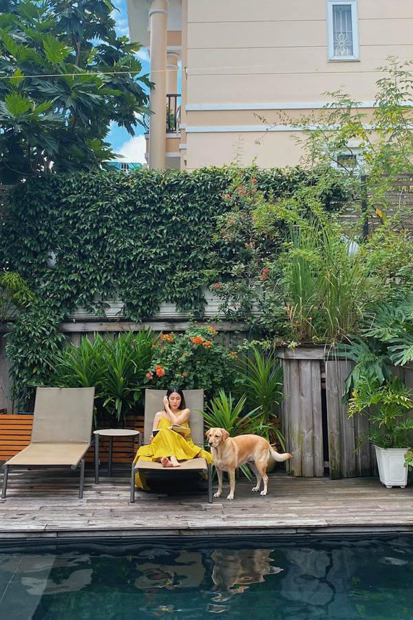 Hà Tăng nằm dài tận hưởng cuối tuần thảnh thơi trong vườn nhà.