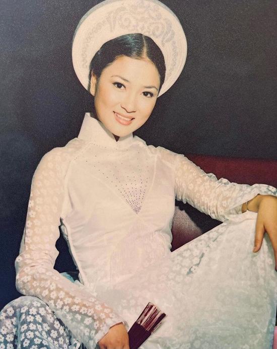 Khi 18 tuổi, Nguyễn Thị Huyền chuộng kẻ lông mày mảnh, tô son sáng màu theo xu hướng làm đẹp thuở bấy giờ. Cô làm nổi bật vẻ đẹp thuần Việt với gương mặt tròn đầy, phúc hậu, làn da trắng mịn và mái tóc dài đen óng ả của mình trong bức ảnh áo dài gửi đến cuộc thi nhan sắc. Từ lúc chưa tham gia Hoa hậu Việt Nam, cô đã được đạo diễn Hồ Quang Minh để mắt và giao cho vai diễn trong phim Thời xa vắng.