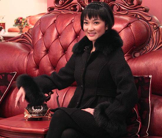 Nguyễn Thị Huyền luôn ghi dấu trong lòng khán giả bằng hình ảnh đằm thắm, thuỳ mị nhưng đôi khi thích làm mới bản thân. Hoa hậu Việt Nam 2004 gây chú ý tại một sự kiện năm 2010 với mái tóc ngắn mái mưa trẻ trung. Ảnh: L.T
