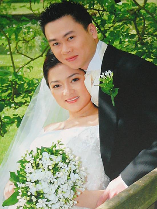 Năm 2007, khi đang là du học sinh ở Anh, Nguyễn Thị Huyền kết hôn lần đầu với bạn trai cùng quê hơn mình 7 tuổi và nhanh chóng có con gái đầu lòng. Gương mặt hoa hậu khi làm cô dâu vẫn có nét hồn nhiên, mộc mạc với kiểu trang điểm nhạt. Ảnh: Tiền Phong