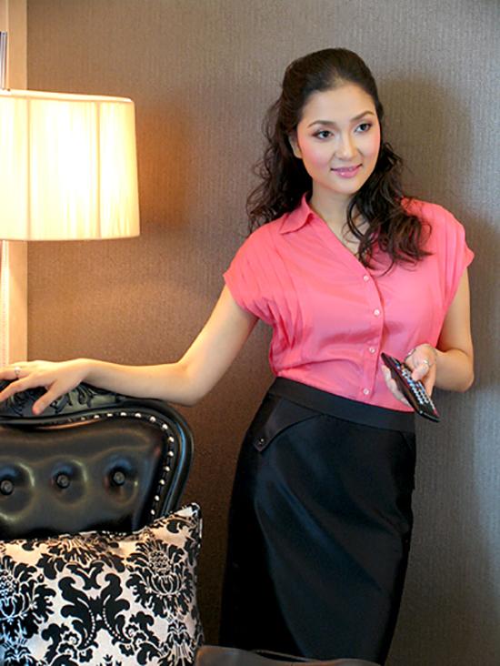 Hai năm sau khi kết hôn, Nguyễn Thị Huyền trở về nước cùng chồng, con gái và tấm bằng đại học. Cô theo đuổi sự nghiệp truyền hình tại VTV và chọn phong cách thanh lịch mỗi lần xuất hiện. Ảnh: Lương Trần