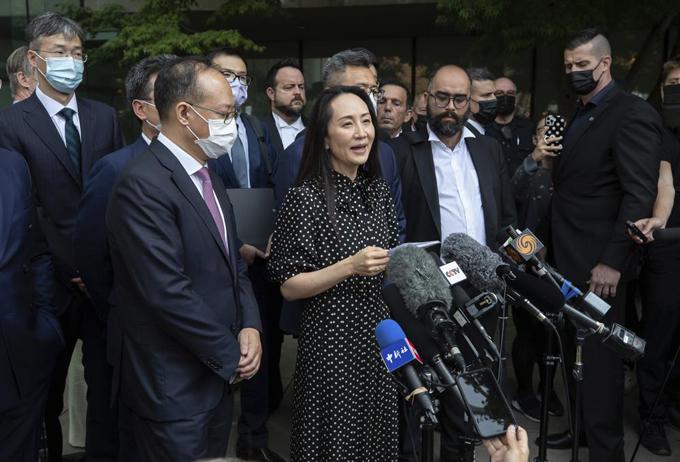 Bà Meng Wanzhou trả lời phóng viên bên ngoài tòa án ở Vancouver, Canada hôm 24/9. Ảnh: AP