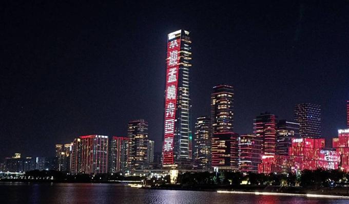 Tòa tháp Trung tâm Tài chính Ping An thắp sáng biểu ngữ Chào đón Meng Wanzhou về nhà tối 25/9. Ảnh: Weibo